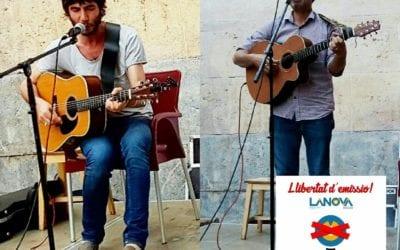 Els músics Joan Masdéu i Fito Luri reclamen la tornada a l'FM de LANOVA Ràdio en una actuació de suport