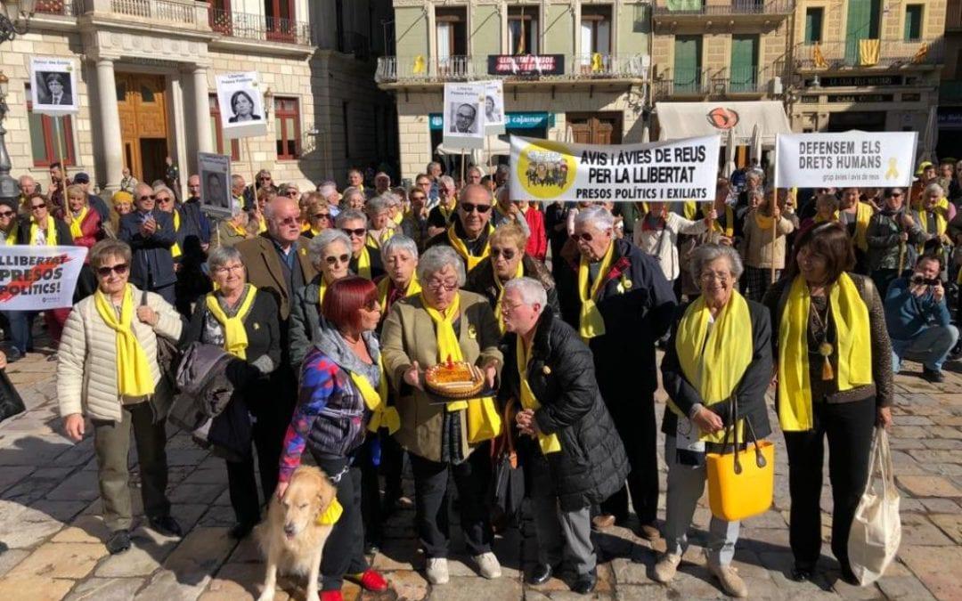 🔊 Els Avis i Àvies de Reus per la Llibertat compleixen un any de concentracions diàries al Mercadal