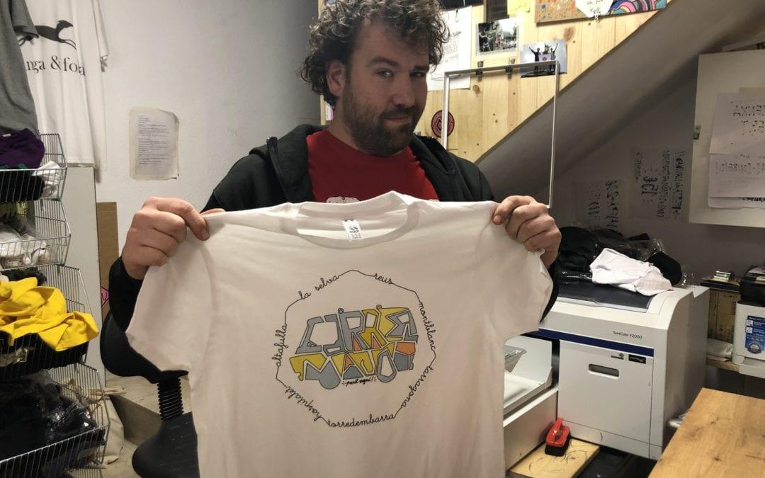 """🔊 Aitor Zúñiga de 'Parit Aquí' ha dissenyat una samarreta del programa """"Carrer Major"""""""