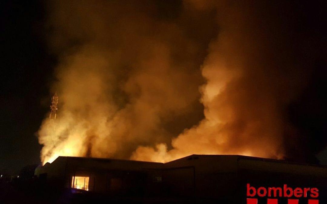 Els Bombers donen per controlat l'incendi en una empresa química de Tarragona