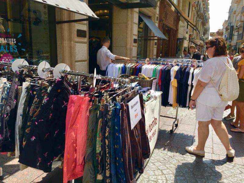 """🔊 Els comerciants esperen que """"Les botigues al carrer"""" millorin les vendes d'unes rebaixes d'estiu fluixes"""