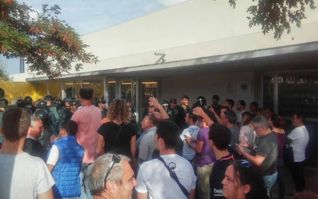 Demanen presó per als tres veïns de Mont-roig acusats de lesions a agents de la Guàrdia Civil per l'1-O