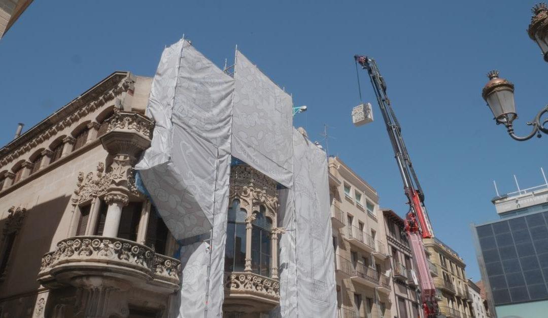 La Casa Navàs de Reus col·loca les pedres que formaran part del nou capcer
