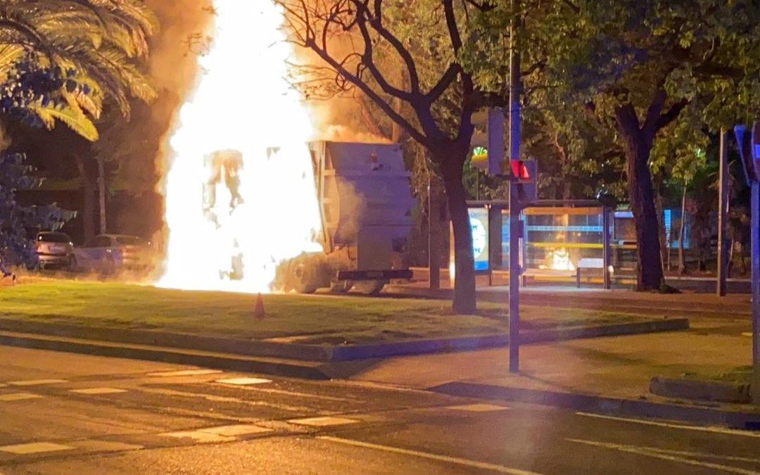 S'incendia un camió del servei de la neteja a Reus i causa una forta explosió